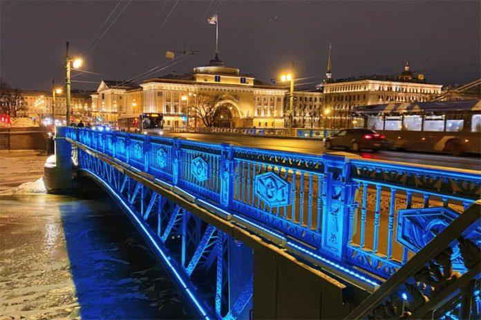 Синяя подсветка Дворцового моста